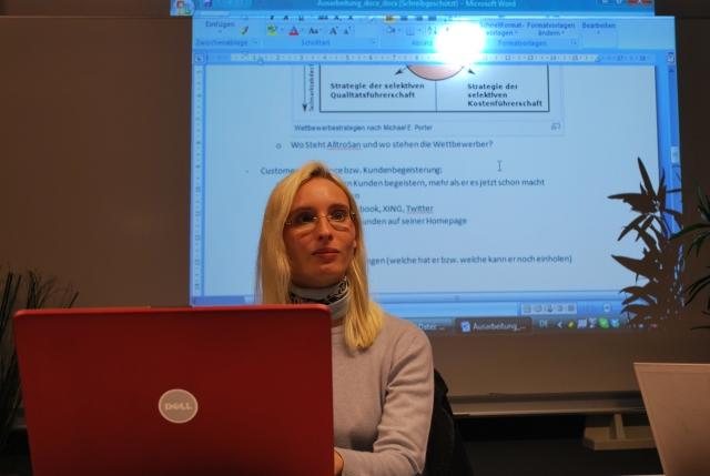 Barbara Juchheim (Master Management im Mittelstand) bei der Projektbearbeitung im Labor MuM an der Hochschule Bremerhaven