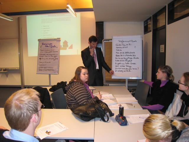 """Kaj-Arne Hennig beim Workshop """"Erfolgreiches Telefonmarketing"""" im Labor Marketing und Multimedia (MuM) an der Hochschule Bremerhaven"""