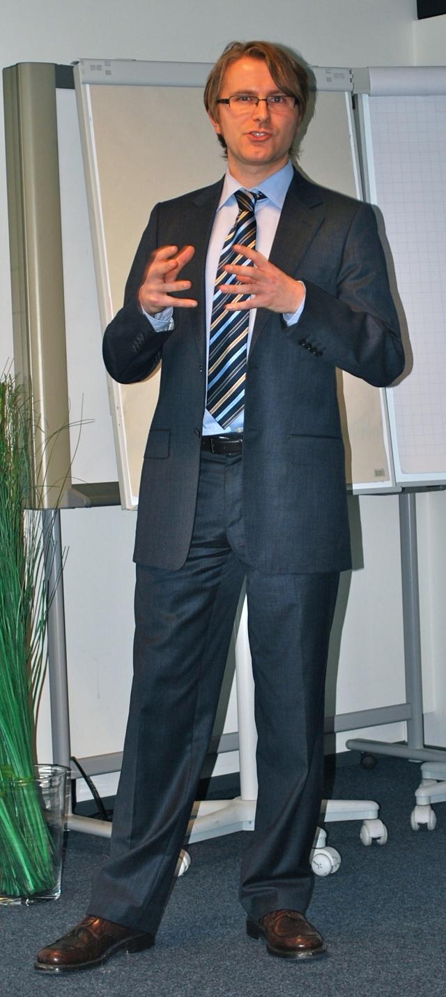 Jan-Christoph Wolken bei seinem Vortrag zum Thema Online-Marketing im B2B im Labor Marketing und Multimedia (MuM) an der Hochschule Bremerhaven