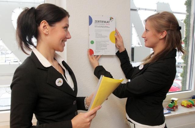 Zertifikat für kinderfreundlichen Service: Kati Czerniawska und Anna Tissen